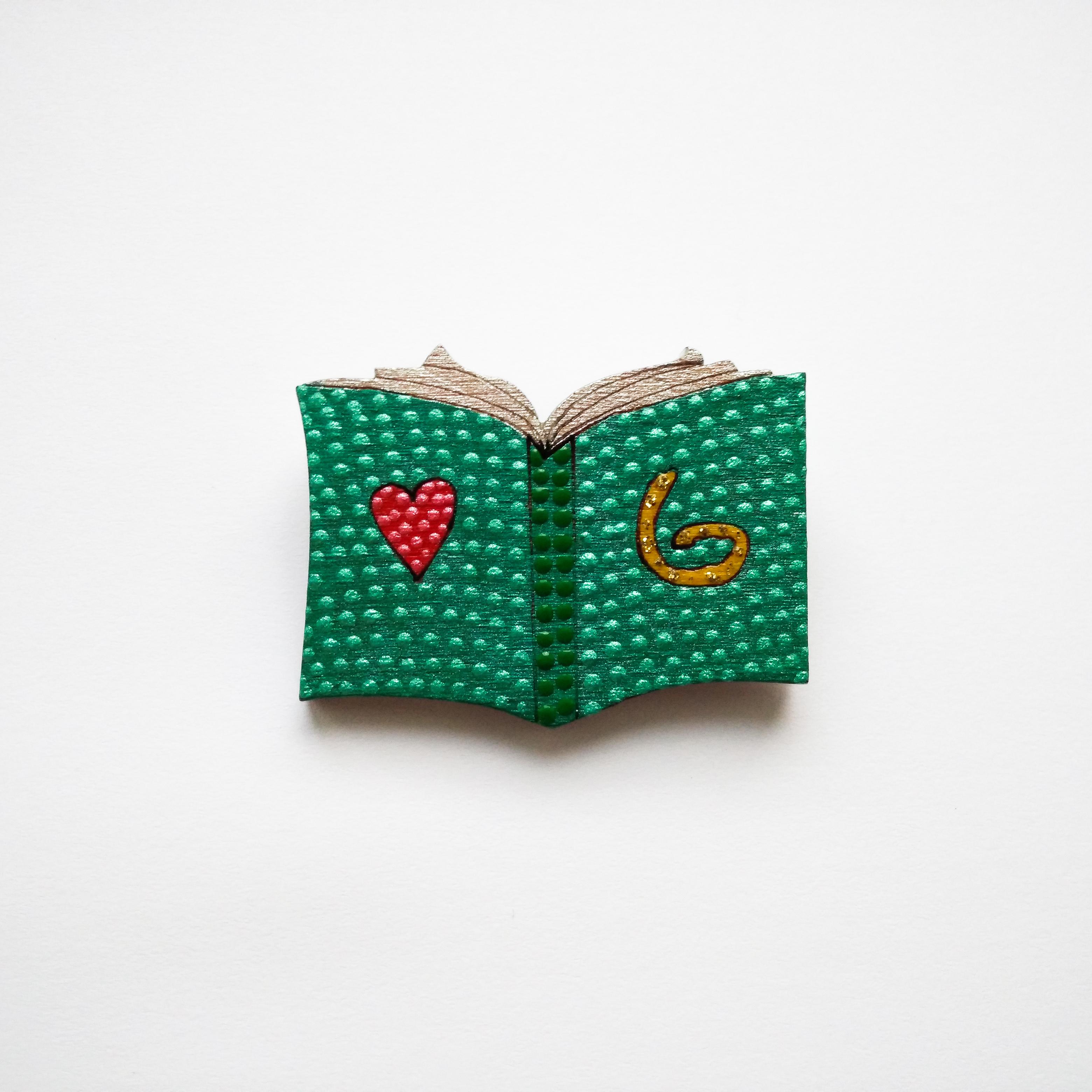 значок книга з серцем